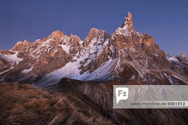 Rollepass zur Dämmerung im Herbst  Dolomiten  Trentino  Italien Rollepass zur Dämmerung im Herbst, Dolomiten, Trentino, Italien