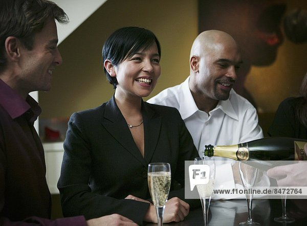 stehend  Frau  Freundschaft  jung  trinken  Champagner