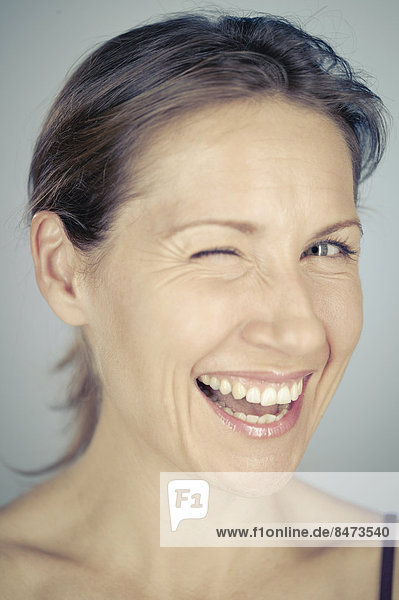 Frau  reifer Erwachsene  reife Erwachsene  Mittelpunkt  zwinkern