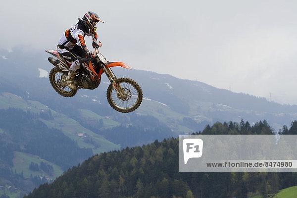 Motorradsprung  Aschau im Zillertal  Tirol  Österreich