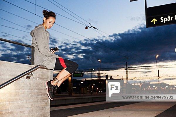 Fitnesstraining  Frau  Kleidung  warten  Zug