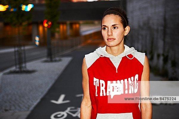 Frau in Trainingsbekleidung