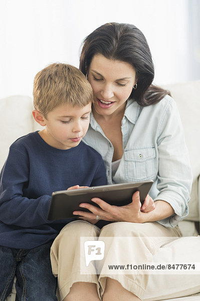 Computer  Sohn  5-9 Jahre  5 bis 9 Jahre  Mutter - Mensch  Tablet PC