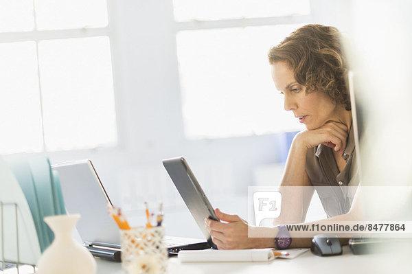benutzen  Frau  Notebook  Tablet PC  Business