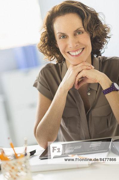 sitzend  Portrait  Frau  Schreibtisch  Business