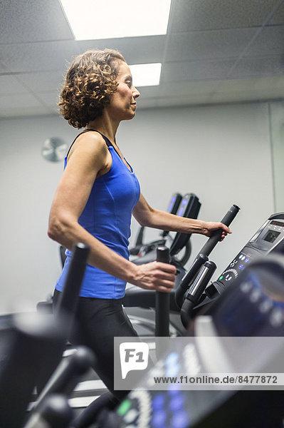 Frau beim training in Fitness-Studio