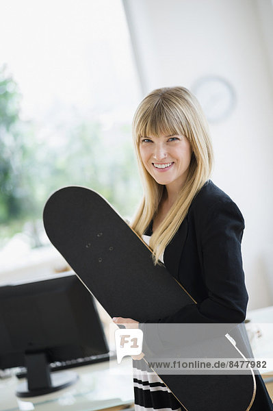 Geschäftsfrau  halten  Skateboard  Büro