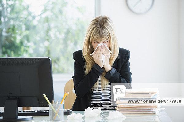Geschäftsfrau Blasen Nase in office