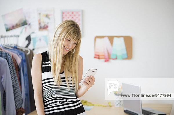 Frau blickt auf Handy