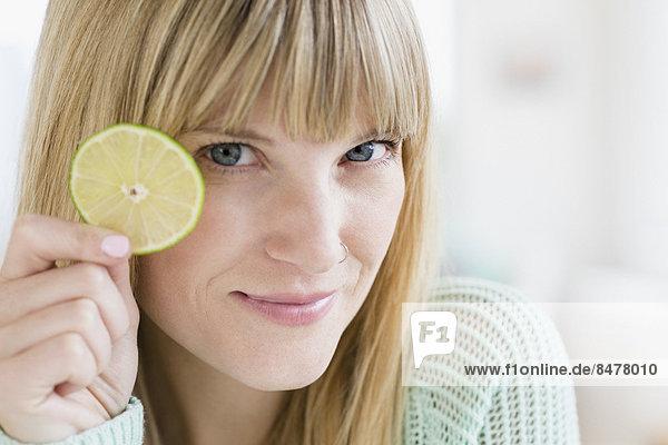 Portrait  Frau  halten  Scheibe  Limette