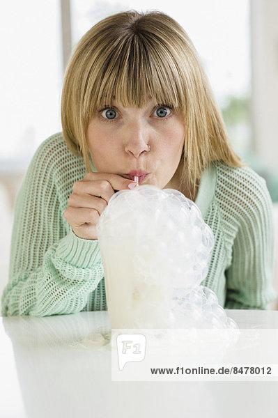 Milchshake  Portrait  Frau  blasen  bläst  blasend  Blase  Blasen