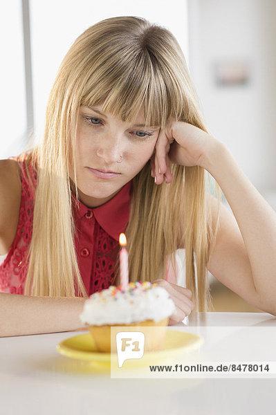 Frau , sehen , Geburtstag , cupcake