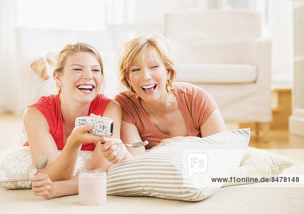 Interior  zu Hause  Entspannung  Fernsehen  Tochter  Mutter - Mensch  Erwachsener