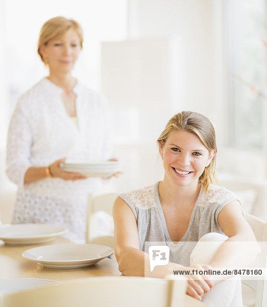 am Tisch essen  Zimmer  Tochter  Mutter - Mensch  Erwachsener