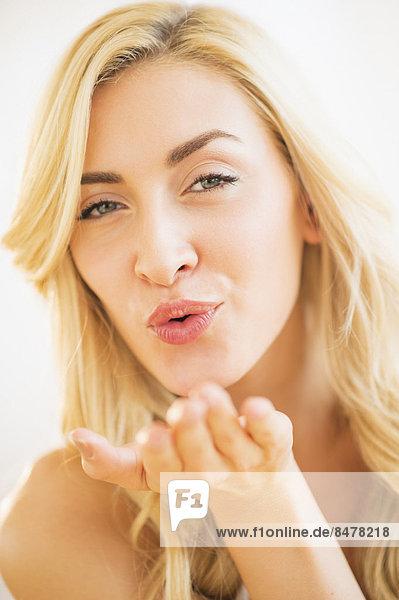 Portrait  Jugendlicher  blasen  bläst  blasend  küssen  16-17 Jahre  16 bis 17 Jahre  Mädchen