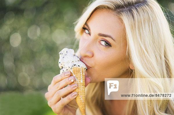 Portrait  Jugendlicher  Eis  16-17 Jahre  16 bis 17 Jahre  essen  essend  isst  Mädchen  Sahne