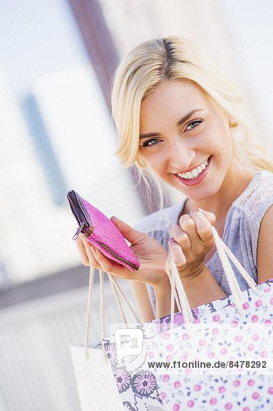 Portrait  Jugendlicher  Tasche  halten  kaufen  16-17 Jahre  16 bis 17 Jahre  Mädchen