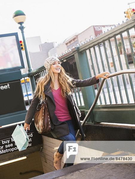 Portrait blond Frau U-Bahn verlassen Haltestelle Haltepunkt Station