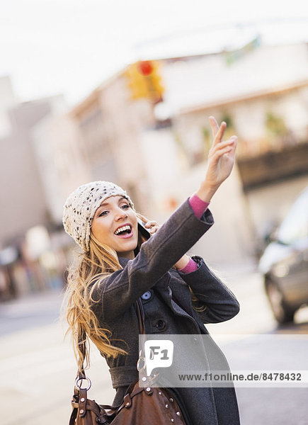 Portrait , blond , Frau , Taxi , herbeiwinken