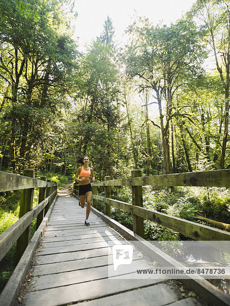 Fußgängerbrücke  Frau  joggen  jung