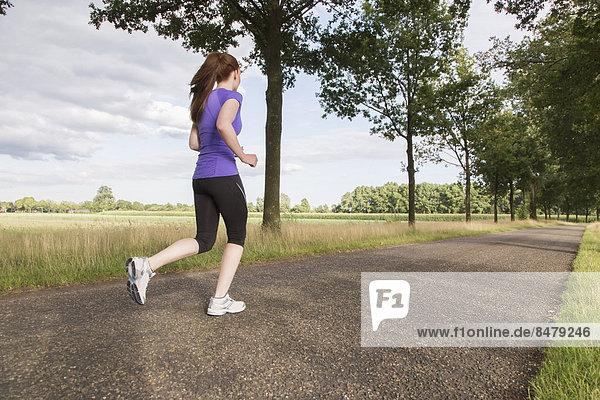 Frau joggt auf einer Straße