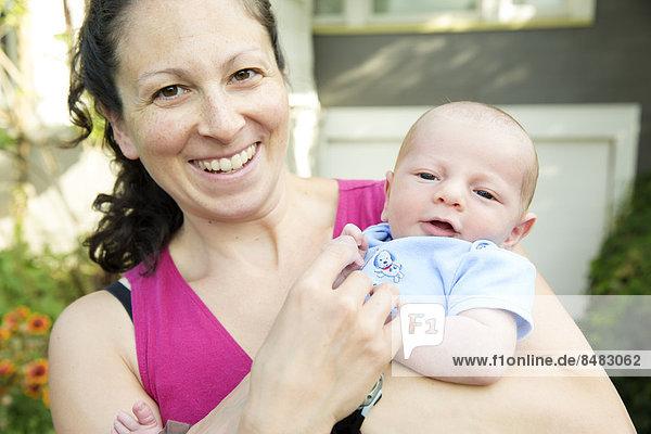 Außenaufnahme  Neugeborenes  neugeboren  Neugeborene  Europäer  Sohn  halten  Mutter - Mensch  freie Natur