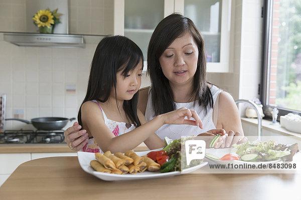 Küche  Tochter  essen  essend  isst  Mutter - Mensch