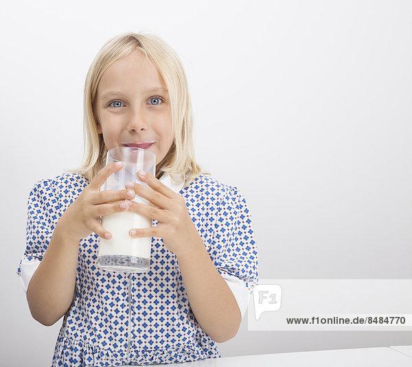 Portrait klein trinken Mädchen Milch