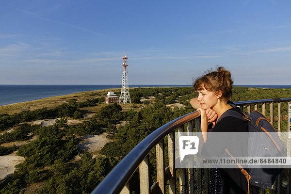 Junge Frau blickt vom Leuchtturm Dar_er Ort  Dar_  Nationalpark Vorpommersche Boddenlandschaft  Mecklenburg-Vorpommern  Deutschland