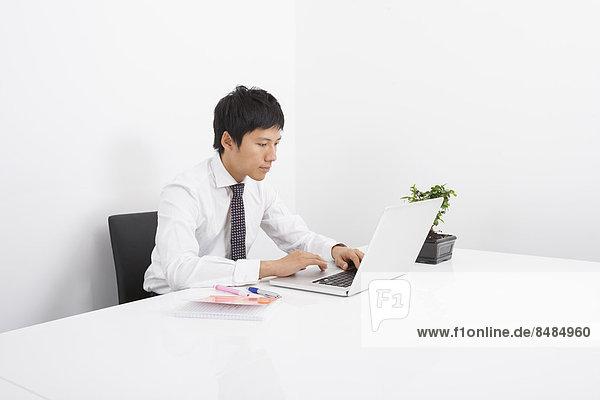 benutzen  Schreibtisch  Notebook  Geschäftsmann  Büro  Mittelpunkt  Erwachsener