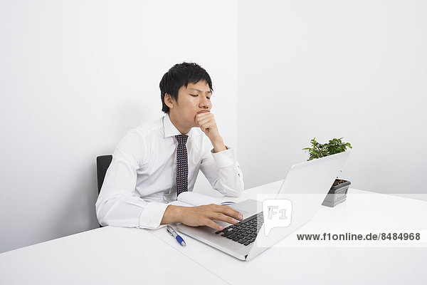 benutzen  Schreibtisch  Notebook  Geschäftsmann  Langeweile  Büro  Mittelpunkt  Erwachsener