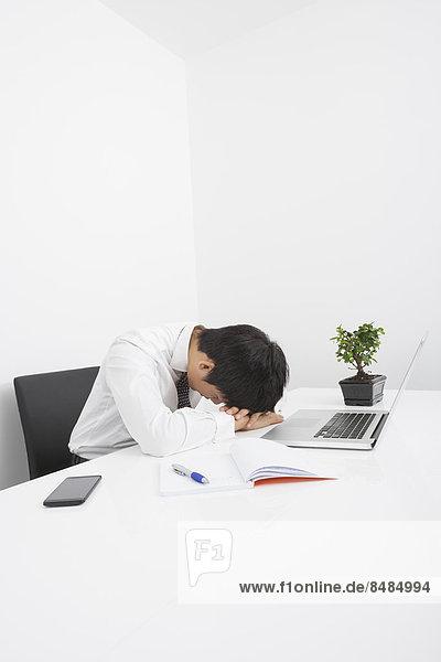 Schreibtisch  Geschäftsmann  müde  schlafen  Büro  Mittelpunkt  Erwachsener
