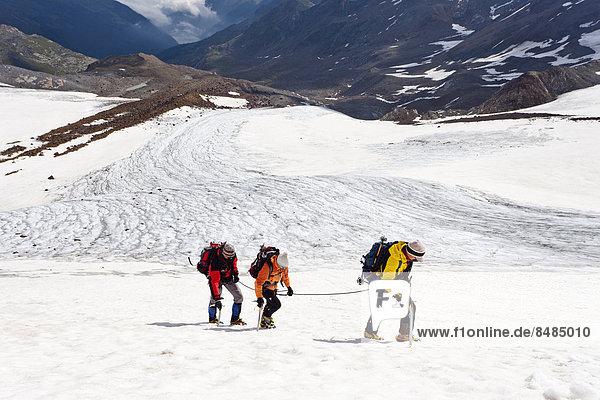 Bergsteiger auf der Flanke des Zufallferner-Gletschers im Martelltal  S¸dtirol  Italien