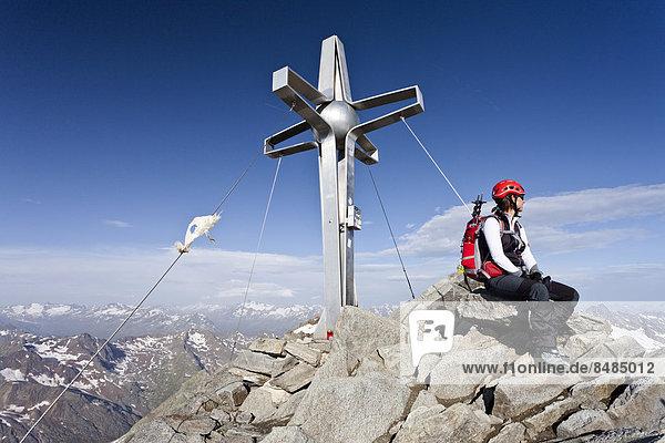 Bergsteiger am Gipfelkreuz des Zuckerh¸tl  hinten das ÷tztal  rechts die Stubaier Alpen  Nordtirol  ÷sterreich