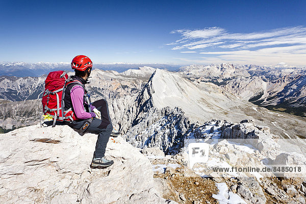 Bergsteiger auf dem Gipfel der Zehnerspitze in der Fanesgruppe  Naturpark Fanes-Sennes-Prags  hinten der Neuner  Gadertal  Dolomiten  S¸dtirol  Italien