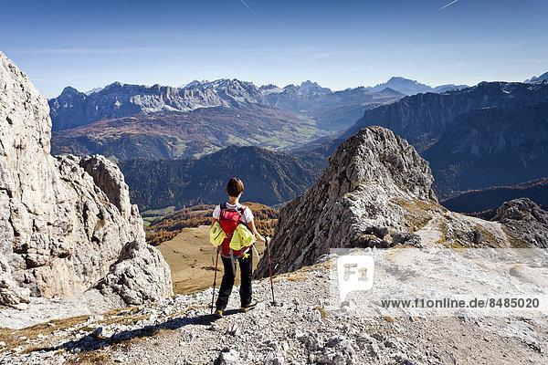 Bergsteiger beim Abstieg vom Peitlerkofel im Naturpark Puez-Geisler  unten das Gadertal  hinten der Heiligkreuzkofel und die Civettagruppe  Dolomiten  S¸dtirol  Italien