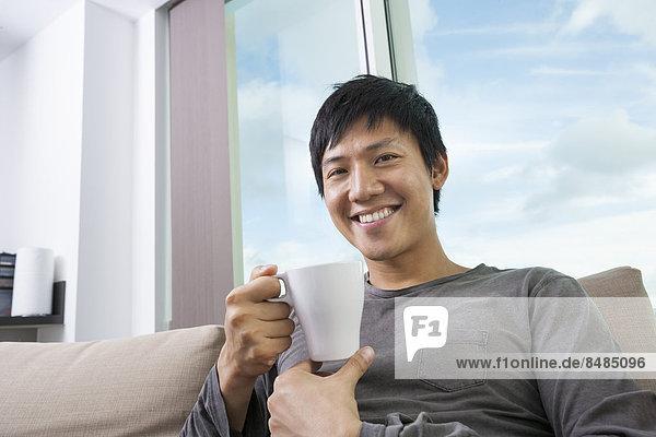 Portrait Mann Tasse halten Mittelpunkt Kaffee Interior zu Hause Erwachsener zu Hause