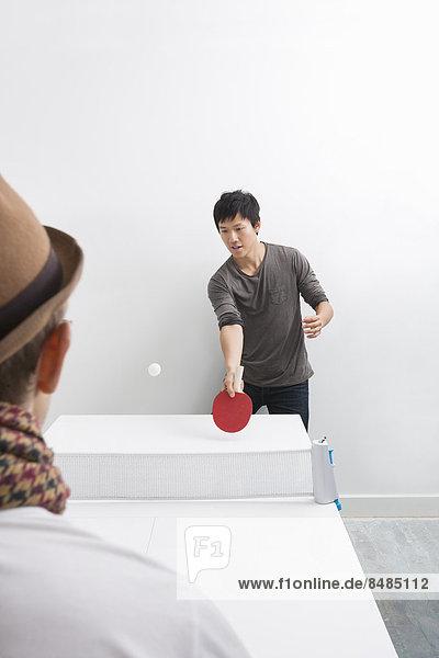 Tischtennis Mann Mittelpunkt Erwachsener Freund spielen
