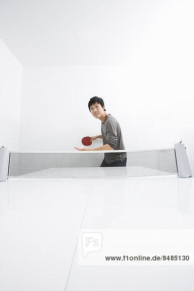Tischtennis Mann Mittelpunkt Erwachsener spielen