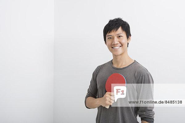 Tischtennis Portrait Mann Fröhlichkeit halten Paddel Mittelpunkt Erwachsener