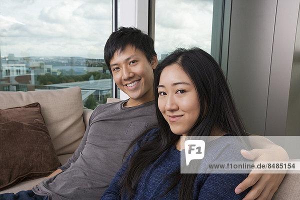 sitzend  Interior  zu Hause  Portrait  Fröhlichkeit  Couch  Liebe