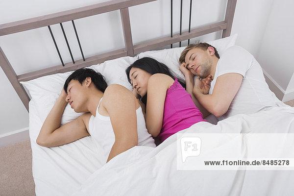 Frau  Mann  Bett  schlafen  2  jung