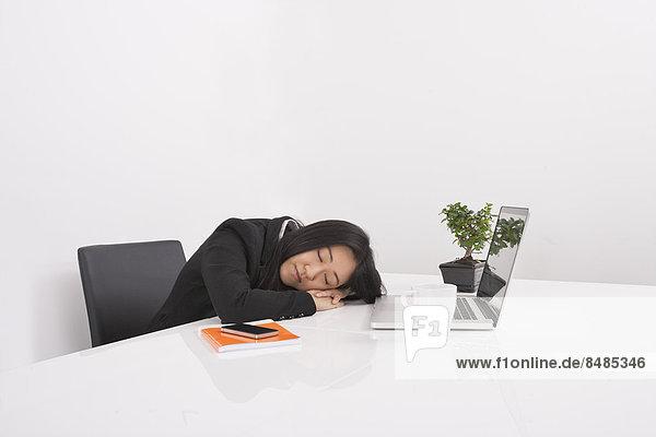 Geschäftsfrau  Schreibtisch  ruhen  Überlastung  Büro