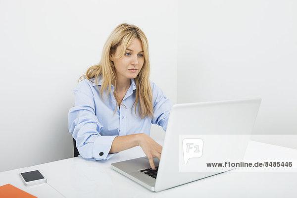 benutzen  Geschäftsfrau  Schreibtisch  Notebook  Büro  jung
