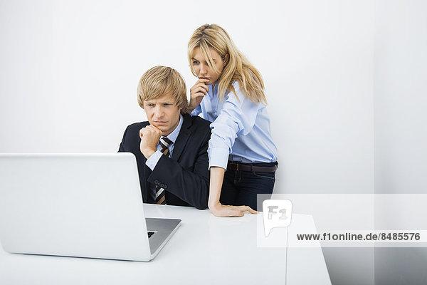 Zusammenhalt  benutzen  Schreibtisch  Wirtschaftsperson  Notebook  Büro