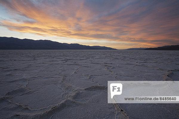 Salzkruste in der Senke Badwater Basin  Salztonebene im Death Valley  tiefster Punkt in Nordamerika  Death-Valley-Nationalpark  Kalifornien  USA