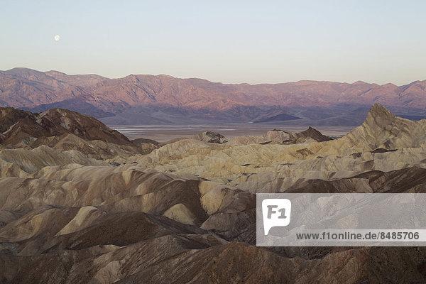 Die Bergkette Panamint Range mit dem Death Valley in der Morgend‰mmerung  vom Zabriskie Point  vorne die Badlands von Gower Gulch  rechts  der Manly Beacon Felsen  Death-Valley-Nationalpark  Kalifornien  USA