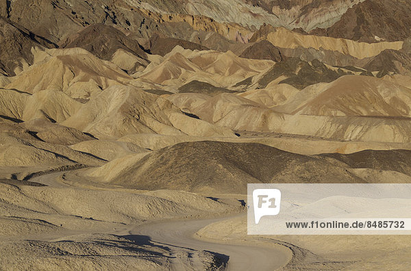 'Stra_e durch die Badlands im ''Twenty Mule Team Canyon'' im Morgenlicht  Death Valley  Death-Valley-Nationalpark  Kalifornien  USA'