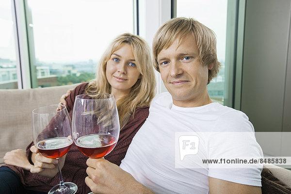 Interior  zu Hause  Portrait  lächeln  Wein  Zimmer  Wohnzimmer