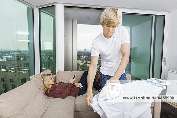 Interior  zu Hause  Bügeleisen  Frau  Mann  Entspannung  Couch  Hemd